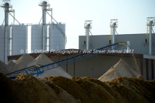 Sand that has been sorted using a wet plant falls off a conveyer at the Hi-Crush sand mine, Sept. 7, 2017, north of Kermit, Texas. MANDATORY CREDIT: Hi-Crush / TheOilfieldPhotographer.com